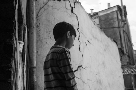 A flat where Nodar resides with his mother and grandmother falls apart after earthquakes.