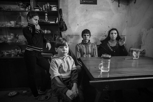 Arik Shraga. Ukraine. Olga and her kids